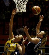 NARAZILY. Basketbalistky polského Chorzówa (v tmavém) v Praze prohrály. Ieva Kublina z USK (vlevo) a Izabela Piekarska z Gorzow.