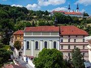 Nemocnice Milosrdných sester svatého Karla Boromejského a kostel na Malé Straně. Ilustrační foto.