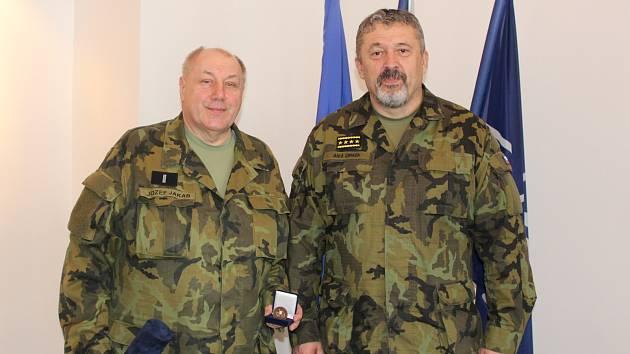 Generál Opata ocenil nejstaršího a jednoho z nejdéle sloužících záložníků
