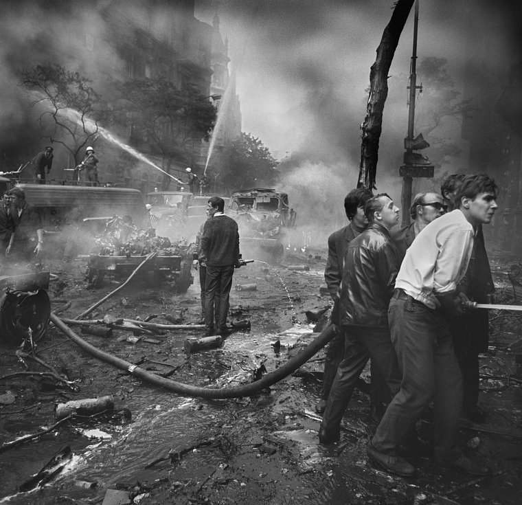 Hašení požárů na Vinohradské třídě, 21. srpen 1968.