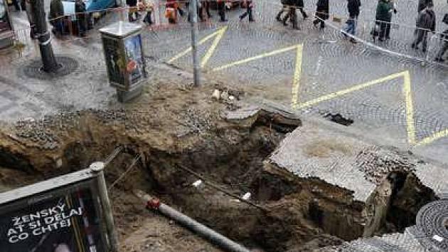 Havárie vody. Rozbitý chodník před hotelem Jalta na Václavském náměstí.