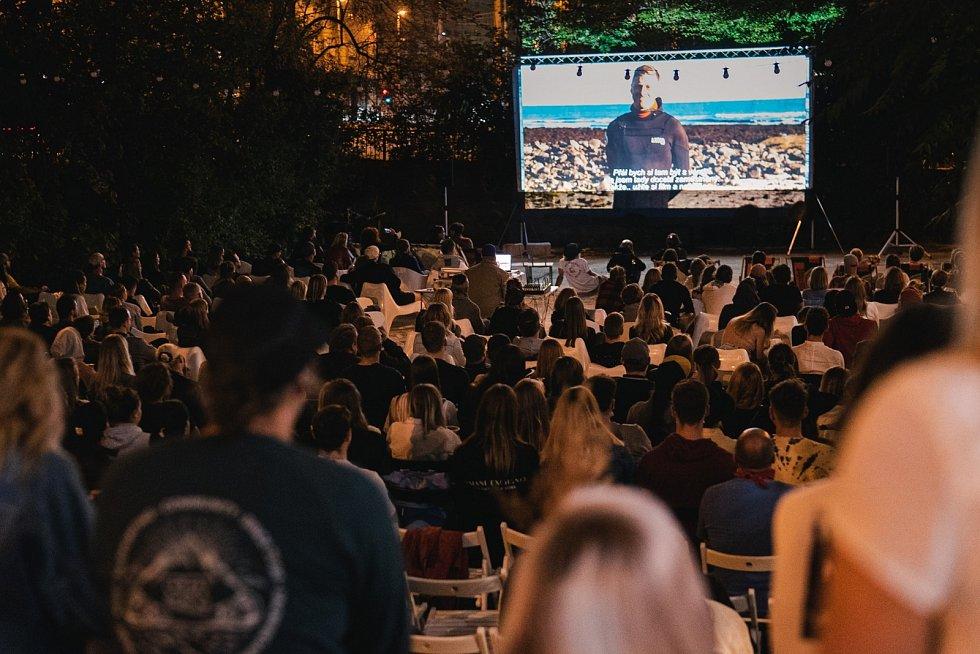 Letní kino na Radlické v pátek promítá Samotéře.