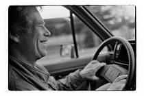 Václav Havel za volantem svého vozu.