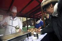 Primátor Bohuslav Svoboda (vlevo) rozdával 24. prosince na Staroměstském náměstí v Praze vánoční polévku.
