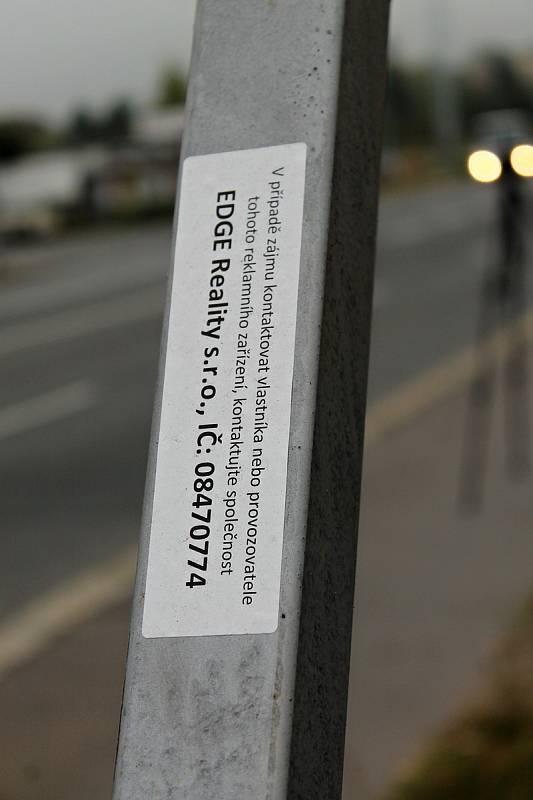 Pracovníci městské firmy Technologie hlavního města Prahy (THMP) odstraňují nelegální billboard vRadlické ulici.