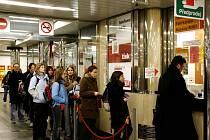 Prodávat jízdenky v pražském metru se nikomu nechce.