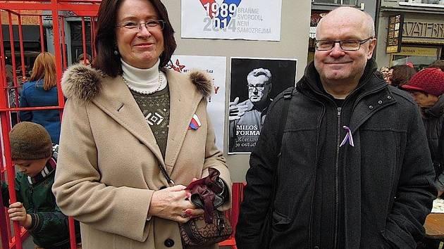 Člen iniciativy Bez komunistů.cz Petr Marek s poslankyní Miroslavou Němcovou.