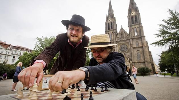 Kavárník Ondřej Kobza, který na řadě míst po Praze instaloval piána, přichází s novým projektem - Šachy na ulici.