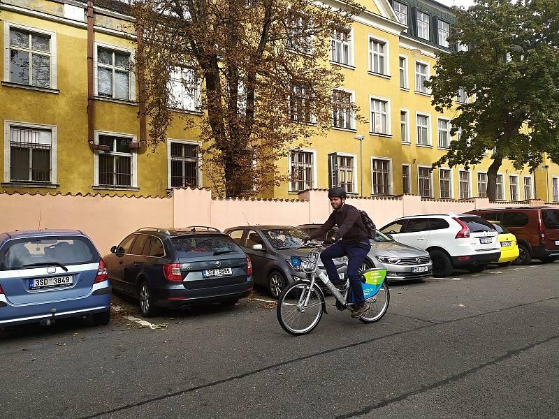 Jízdu na sdíleném kole si vyzkoušel i reportér Pražského deníku.