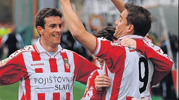 Petr Švancara se raduje se svými spoluhráči.