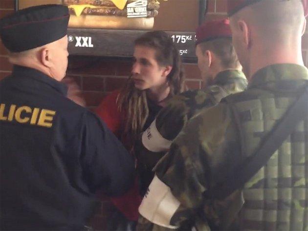 Potyčka mladíka s policisty vzbudila rozruch na webu.