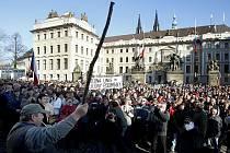 AŤ JE NÁS SLYŠET! Nespokojení zemědělci prošli z Hradčanského náměstí ke sněmovně.