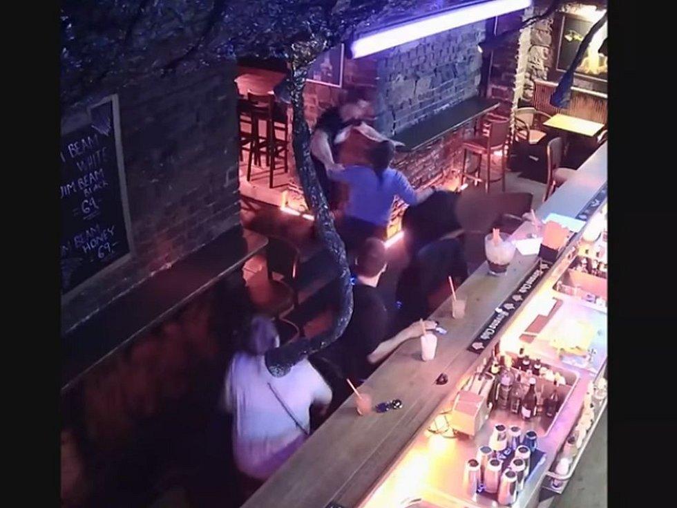 Policie vyšetřuje napadení v baru na Smíchově.