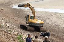 Praha ve středu 27. dubna zahájila odbahnění Hostivařské přehrady.