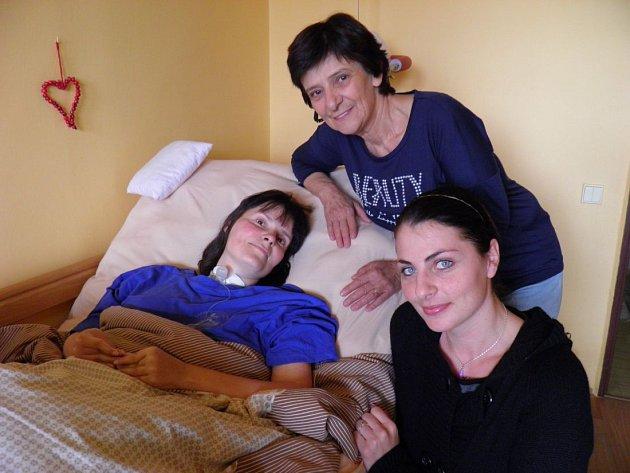 Maminka Věra se o svou dceru Jitku stará už téměř jako profesionálka. Když je třeba, pomocnou ruku ale podá i sestřička Kateřina Šabatová z občanského sdružení Dech života.