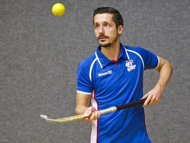 KAPITÁNEM českého výběru je útočník pražské Slavie Daniel Piterák, který se na přání Deníku proměnil v žongléra.