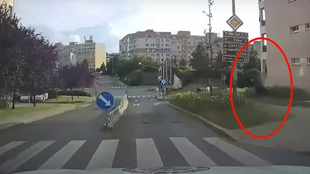 Pražští strážníci na cestě do Bobkovy ulice.
