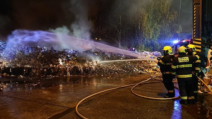 Hasiči zasahovali u požáru odpadu na skládce v Ďáblicích.