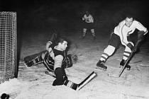 V roce 1953 posílil Spartu Karel Gut (vpravo), budoucí klubová legenda.