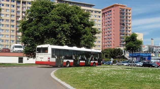 Dosavadní podoba konečné stanice autobusů v Ládví. V případě realizace plánovaného terminálu se frekvence autobusových linek zřejmě zvýší. Zda to bude či nebude výhodné, či se změna dotkne života zdejších obyvatel, o tom ještě není definitivně rozhodnuto.