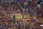 Pohled na východní část Staroměstského náměstí, věže Týnského chrámu a palác Kinských. Zde není, až na obnovené gotické průčelí Domu U kamenného zvonu, žádná změna.