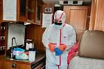 Testovací místo pacientů s podezřením na infekci COVID-19, kterou způsobuje nový typ koronaviru, v Nemocnici Na Bulovce. Na snímku je speciální odběrová sanitka.