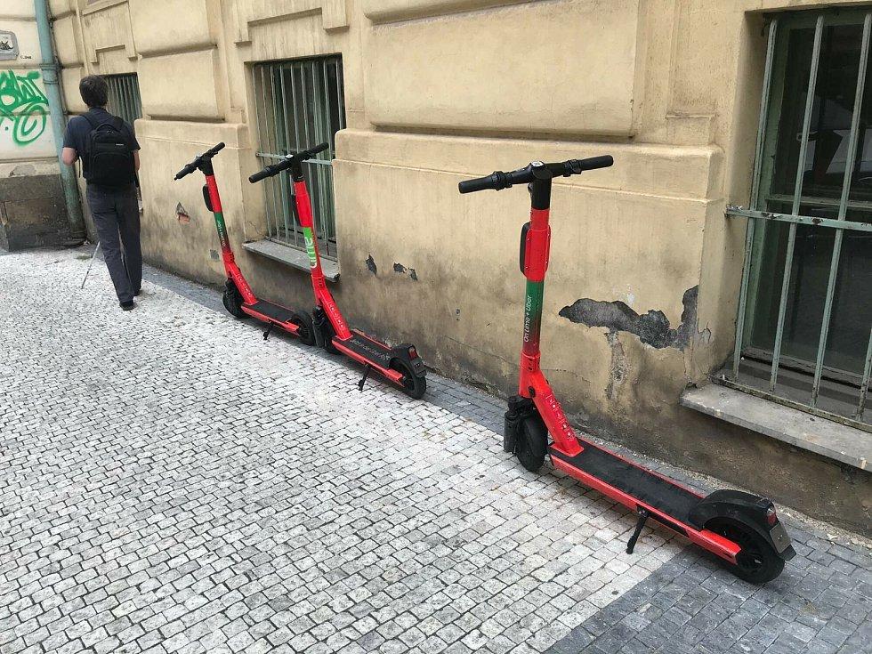 Špatně zaparkované koloběžky způsobují nečekané problémy.