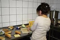 """V bistru v prostorách Filozofické fakulty Univerzity Karlovy v Praze dvaadvacetiletá Rita pracuje už čtyři měsíce. """"Myji tu nádobí, uklízím, pomáhám dělat bagety. Moc mě to tu baví,"""" říká Rita, která má směnu většinou od 8 do 14 hodin."""