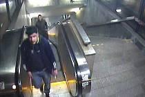 Kamery zachytily tři muže podezřelé z poškození soupravy metra.