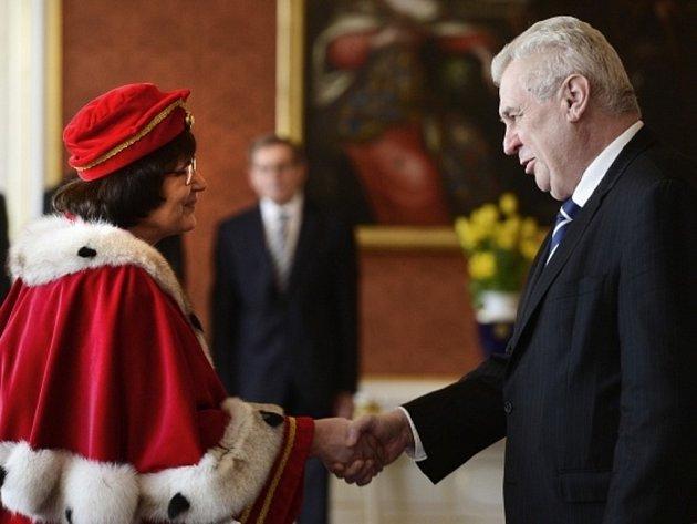 Prezident Miloš Zeman jmenoval v úterý 25. března 2014 na Pražském hradě rektorku Vysoké školy ekonomické v Praze Hanu Machkovou.
