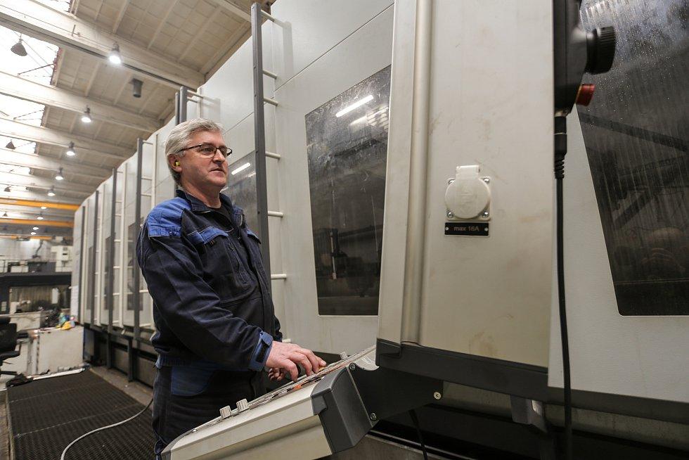 Čtyřosé obráběcí centrum AXA obsluhuje Peter Krupa.