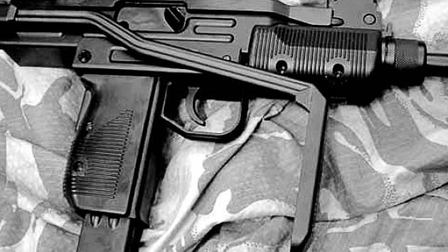 SAMOPAL TYPU UZI. Tato vysoce výkonná zbraň je oblíbeným strašákem. Na černém trhu ji lze koupit zruba za 20 tisíc korun.