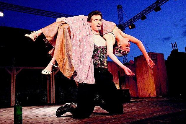KOMEDIE OMYLŮ. Petr Sýkora a Tereza Dočkalová vystoupí v nejveselejším titulu Letních shakespearovských slavností.
