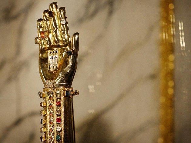 Po více než 20 letech se do kaple sv. Kříže na II. nádvoří Pražského hradu vrací stálá expozice Svatovítského pokladu.
