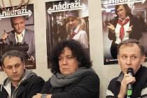 Pět herců v padesáti rolích – skečový pořad Nádraží.