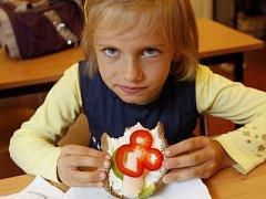 SPÍŠE VÝJIMKA. Zdravý chleba s tvarohem a zeleninou už dlouho není běžnou svačinou školáků.