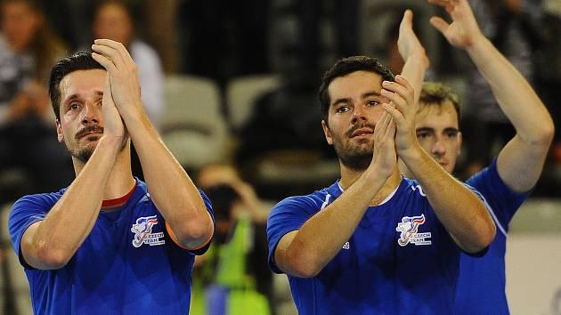 Čeští reprezentanti Daniel Piterák, David Vacek a Tomáš Jahoda (zleva) děkují publiku. Bylo skvělé, k cennému kovu z halového šampionátu ale své miláčky nedotlačilo.