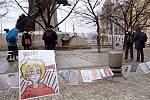 Studentský happening na Palackého náměstí v Praze organizovali lidé z iniciativy Dostaňte nás ven! v den výročí zavření škol.