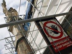 POZOR, DROLÍ SE KAMENÍ. Taková značka by se hodila kameníkům při opravě Karlova mostu. Dobře by vysvětlovala turistům, proč bylo nutné omezit jejich pohodlí.