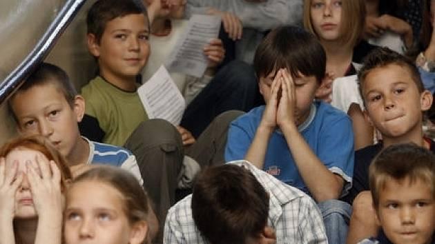 1. září 2008 proběhlo v Církevní základní škole v Rajské ulici v Praze-Holešovicích zahájení školního roku. Do školních lavic zde poprvé usedlo deset prvňáčků. Na snímku žáci během společné modlitby.