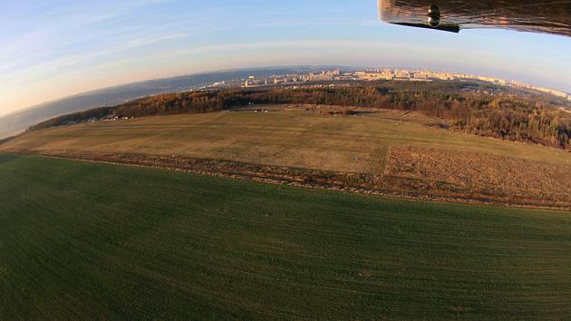 TOČNÁ Z VÝŠKY. Letiště čekají změny k lepšímu. Plocha letiště (v pozadí) bude nově upravena, zpevní se přistávací dráha.