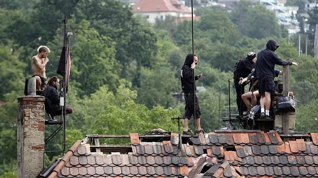 Najatá bezpečnostní agentura začala s vyklízením legendárního squatu Milada. Ti nejodvážnější obyvatelé se uchýlili na střechu.