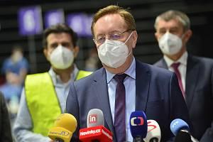 Národní očkovací centrum vzniklo v hale O2 universum. Na snímku je tehdejší ministr zdravotnictví Petr Arenberger (za ANO).