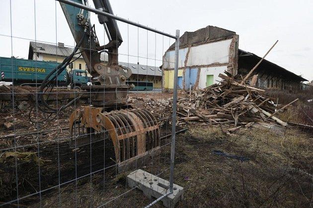 Na smíchovském nádraží probíhá demolice nevyužívaných budov.