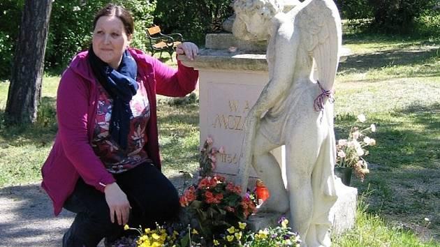 Alena Lehnerová, předsedkyně Spolku pro záchranu Malostranského hřbitova v Praze.