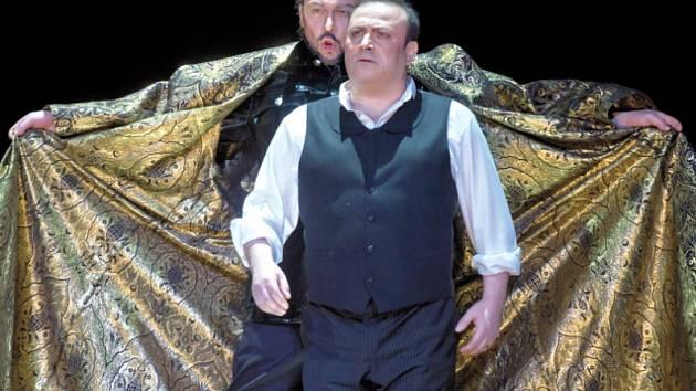 Ze zkoušky opery Mefistofeles. Zleva: Štefan Kocán jako Mefistofeles a Daniel Magdal v roli Fausta.