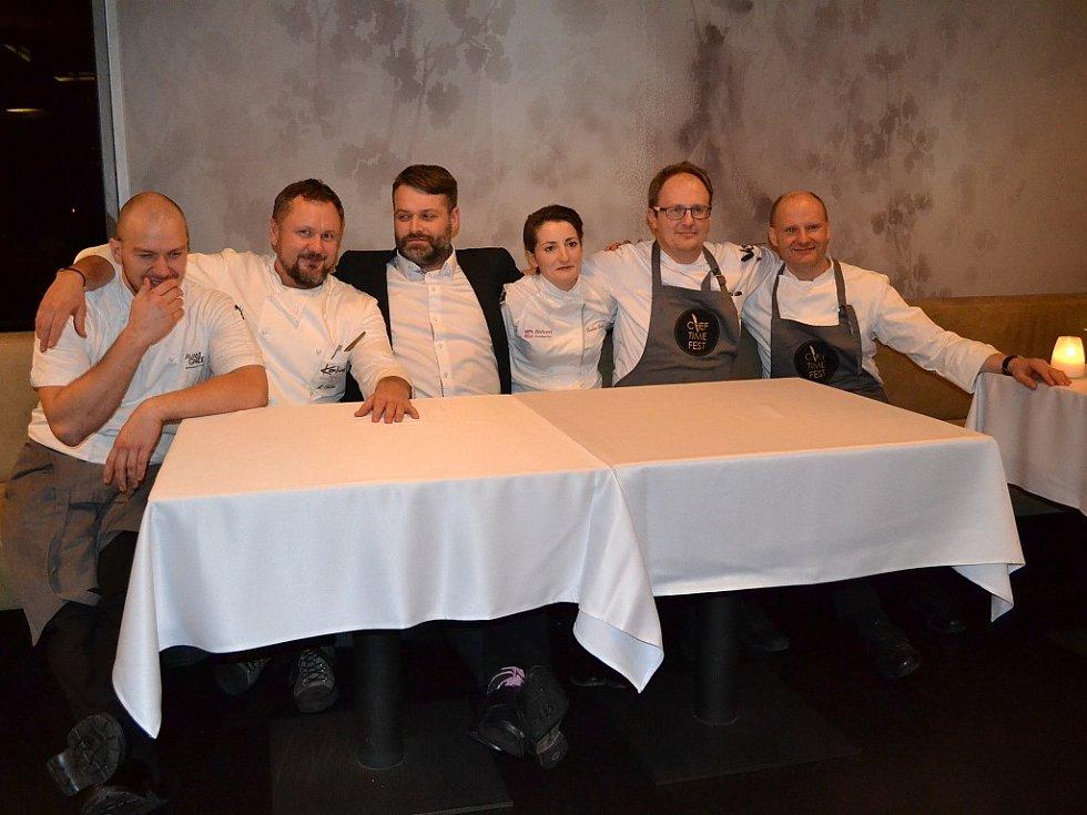 Ze zahajovacího večera třetího ročníku zimního Chef Time Festu. Zleva: Jan Kvasnička, Miroslav Kalina, Karel Šimůnek, Karolina Kocincová, Radek David a David Šašek.