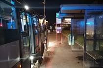 Místo napadení řidičky autobusu agresivním cestujícím: zastávka Bretcetlova v Praze 9.