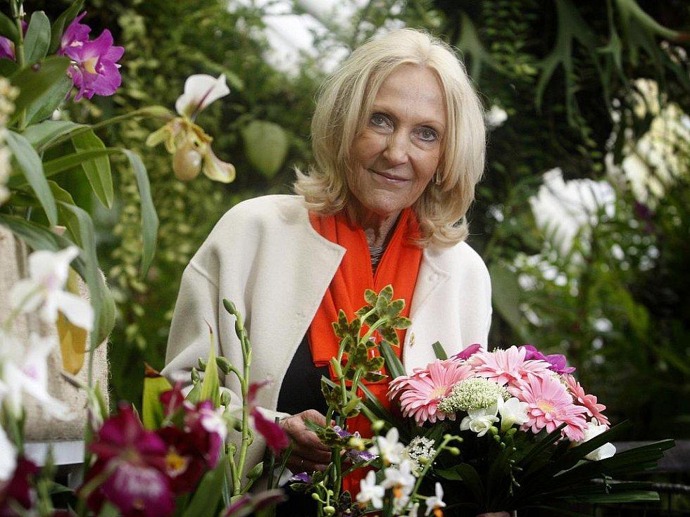 Zpěvačka Marta Kubišová a architektka Eva Jiřičná vysadily v pátek 18. března 2011 v pražském skleníku Fata Morgana dvě exotické orchideje v rámci projektu Kořeny osobností.