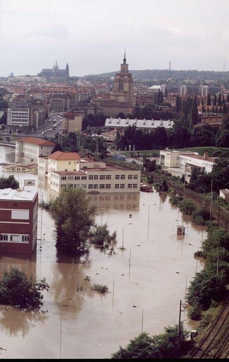 Povodně z roku 2002 v Praze. Fotografie zachycuje Podbabu už pod vodou, v pozadí je i Pražský hrad.